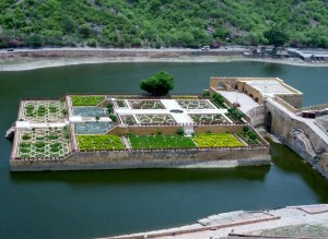 After climbing up the many steps to the courtyard housing Ganesh Pol, there was a lookout (covered and wall-less to catch those oh so welcome breezes!) and a sight to behold below.  Maota Lake & Gardens ... I find I am starved of nature these days so anything green and luscious is a very welcome sight!