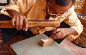 This master carver was taught by hid father at the age of 14 years old, and continues to use the manual tools with which his father and grandfather used before him.